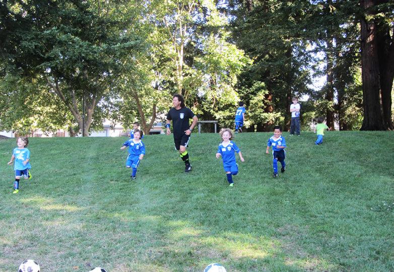 Riccardo Oliva entrena a sus jóvenes jugadores en la cancha de fútbol. Cortesía: Sage Oliva
