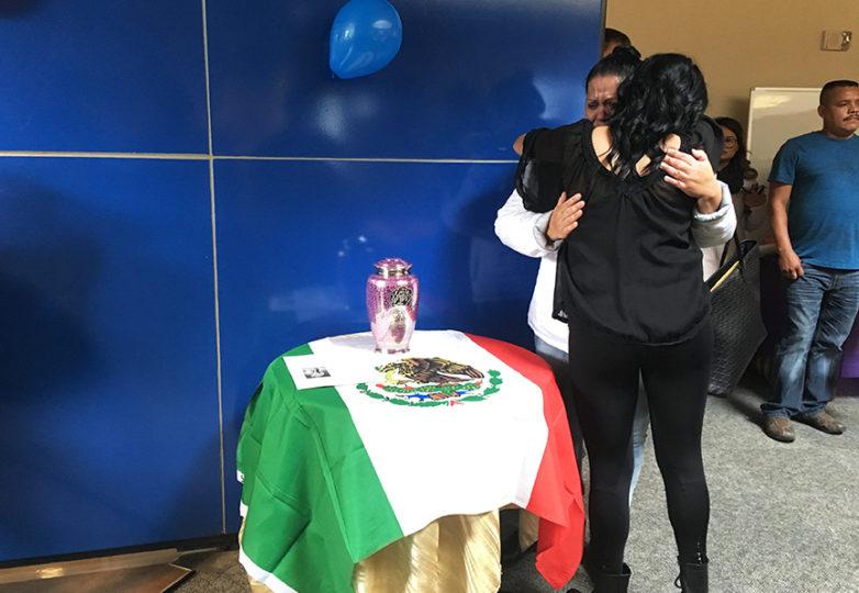 Gardenia Zúniga-Haro, amiga cercana de Gabriela Sánchez, reconforta a Mireya, madre de ésta, durante la vigilia en honor a su hija, llevada a cabo en el Centro Multicultural Richard Oakes de la Universidad Estatal de San Francisco, el 3 de noviembre de 2017. Foto: Alejandro Galicia Diaz.