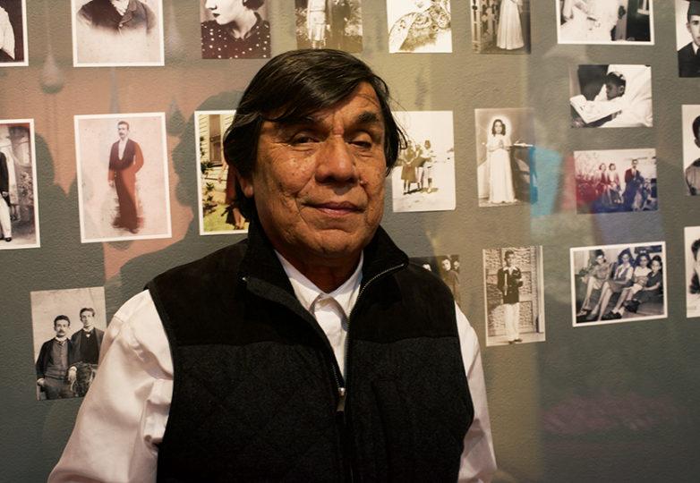 El curador de 'Recuerdo y Resistencia: Día de los Muertos 2017', René Yáñez , posa frente a las fotografías de su familia en el SOMArts. Foto: Alejandro Galicia Díaz