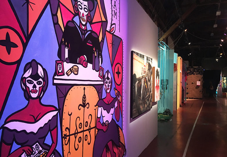 Murales y altares sobre el Día de los Muertos decoran el SOMarts durante la exhibición 'Recuerdo y Resistencia: Día de los Muertos 2017 en San Francisco. Foto: Alejandro Galicia Díaz