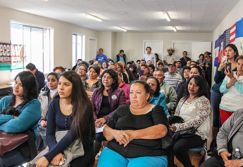 Los asistentes escuchan a Ricardo Calderón en el Foro Derechos y Opciones para los TPSianos. Foto: Adelyna Tirado