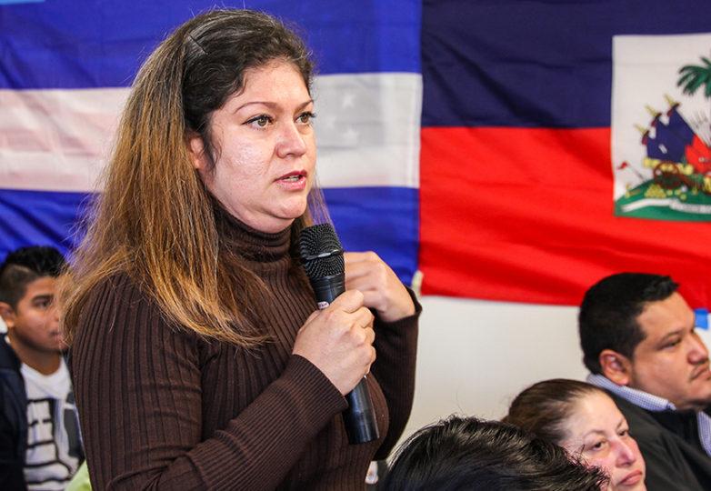 Giselle Bustamante plantea una pregunta durante el foro organizado con la finalidad de informar sobre los derechos y opciones del TPS, el 12 de noviembre en la iglesia de San Antonio, en San Francisco. Foto: Adelyna Tirado