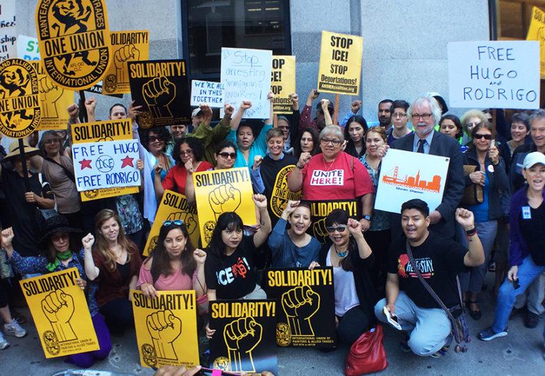 Yadira Munguía (al centro) acompañada por decenas de simpatizantes y miembros de la comunidad durante un mitin a favor de su esposo detenido, Hugo Mejía, llevado a cabo el 2 de junio de 2017, afuera de la oficina de inmigración (USCIS) en San Francisco. Foto: Alexis Terrazas