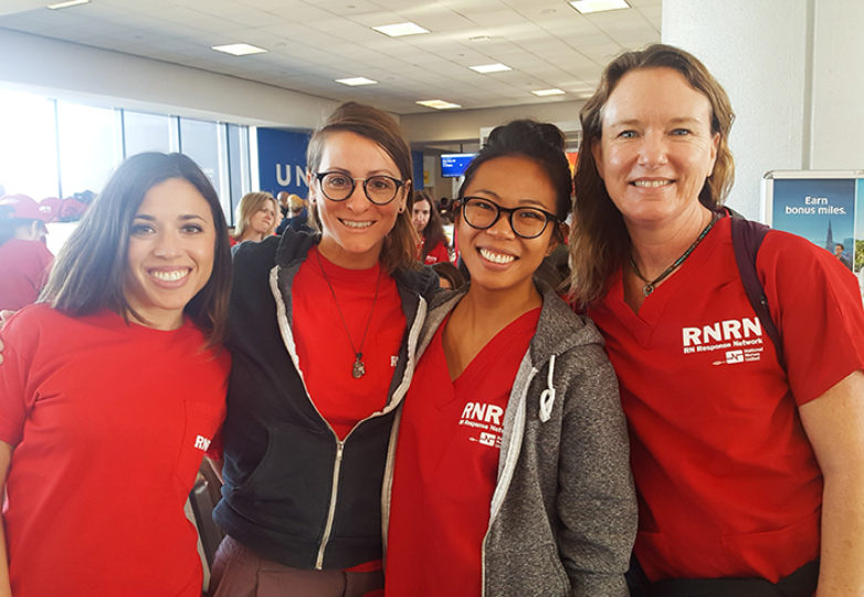 Erin Carrera (a la extrema derecha) pasó dos semanas en Puerto Rico administrando ayuda y suministros, con ayuda de voluntarios, a los afectados del huracán. Cortesía: Erin Carrera
