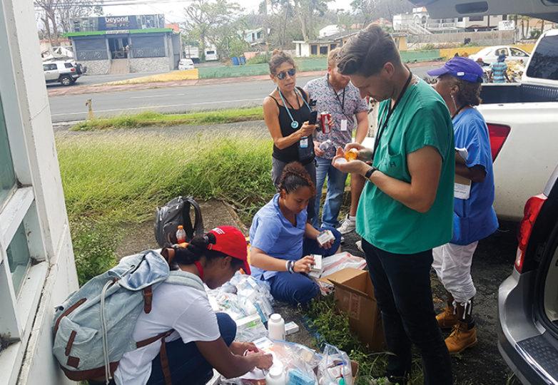 Miembros de la Registered Nurse Response Network (RNRN) dan ayuda y reparten suministros a las víctimas del Huracán María en Puerto Rico. Cortesía: Erin Carrera