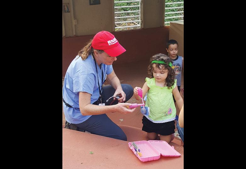 Erin Carrera, enfermera de la UCSF y miembro de la Registered Nurse Response Network (RNRN) distribuye juguetes a niños de Puerto Rico tras el paso del Huracán María. Cortesía: Erin Carrera