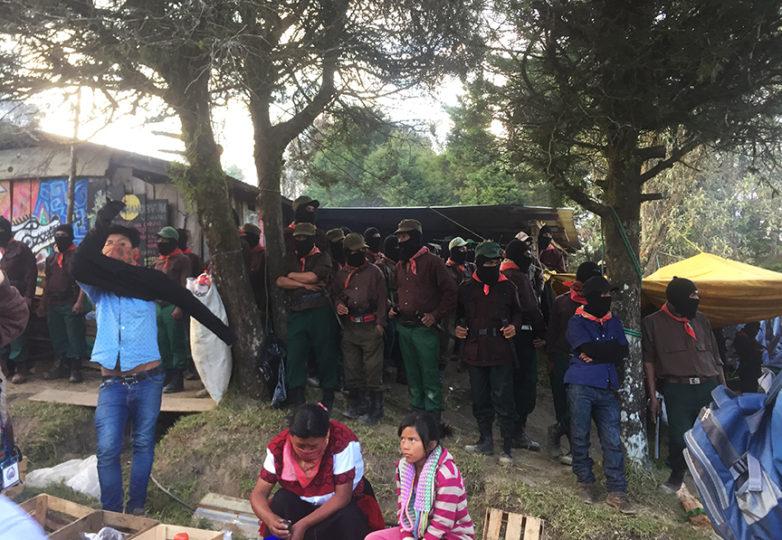 Soldados zapatistas en Oventik, Chiapas, en guardia mientras miembros del CNI anuncian que serán representados por una mujer indígena en la elección presidencial de México de este año. Foto: John Carson