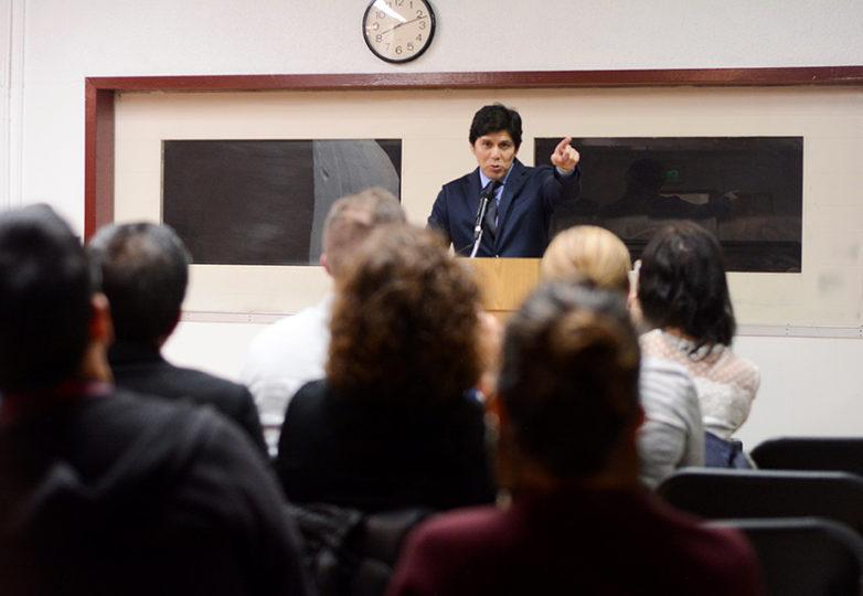 Presidente del senado estatal de California, Kevin de León, quien contendrá para un escaño en el senado de los EEUU contra Dianne Feinstein, se dirige ante una multitud reunida en la Mission Language and Vocational School en San Francisco el 22 de enero de 2018.  Foto: Aaron Levy-Wolins