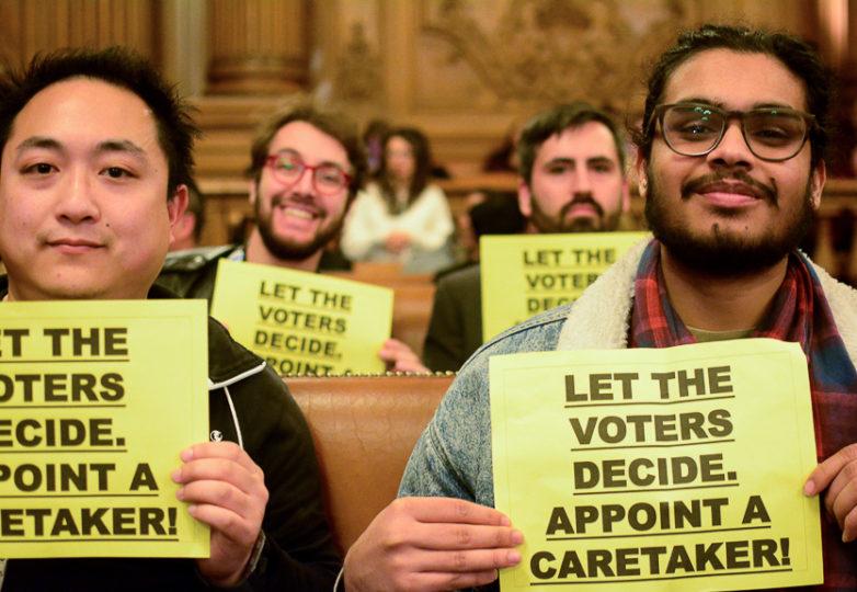 Opositores de la ex alcaldesa London Breed durante una sesión pública de la Junta de Supervisores en el ayuntamiento. Foto: Aaron Levy-Wolins
