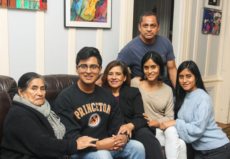 Sergio Martinez Jr posa junto a su familia para una fotografía mientras se encontraba de vacaciones de invierno de Princeton, visitando a su familia en San Francisco. Foto: Adelyna Tirado
