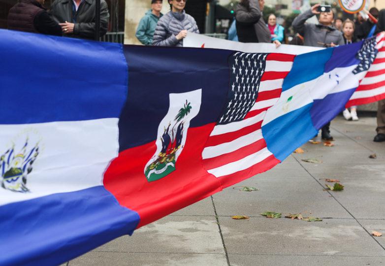 Durante una manifestación para Salvar el TPS el 5 de enero de 2018, las banderas de El Salvador, Haití, los EEUU, Nicaragua y Honduras fueron unidas y exhibidas en el edificio federal de San Francisco. Foto: Alexis Terrazas