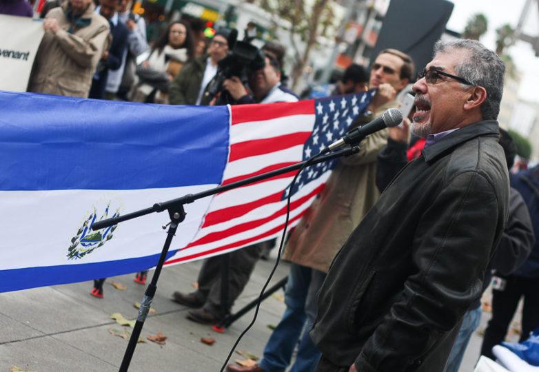 Inmigrante salvadoreño y conductor de radio, Ramon Cardona habla durante la manifestación Salvar al TPS realizado afuera del edificio federal en San Francisco el 5 de enero de 2018, comentando como los EEUU promovieron una guerra civil en El Salvador. Foto: Alexis Terrazas