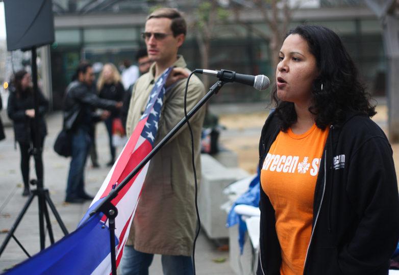 Laura Sánchez, abogada y directora del programa CARECEN SF, participa como oradora durante la manifestación del 5 de enero de 2018 para salvar el TPS e insta a los beneficiarios de ese programa a consultar a un abogado o a una organización no lucrativa, como CARECEN. Foto: Alexis Terrazas