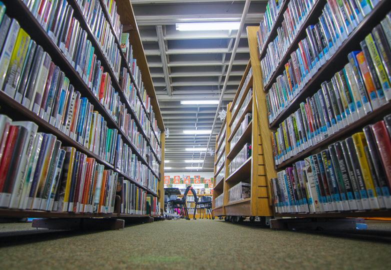 La Biblioteca de Half Moon Bay ofrece diversos servicios de alfabetización a usuarios no hablantes de inglés para ayudarlos a aprender este idioma. Foto: Adelyna Tirado