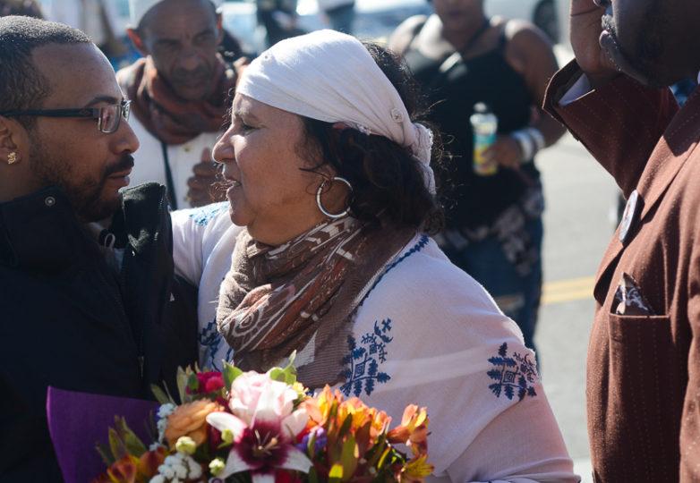 Yolanda Banks Reed da un abrazo a un miembro de la comunidad durante la vigilia y protesta en honor de su hijo llevada a cabo afuera de la estación West Oakland del BART. Foto Aaron Levy-Wolins