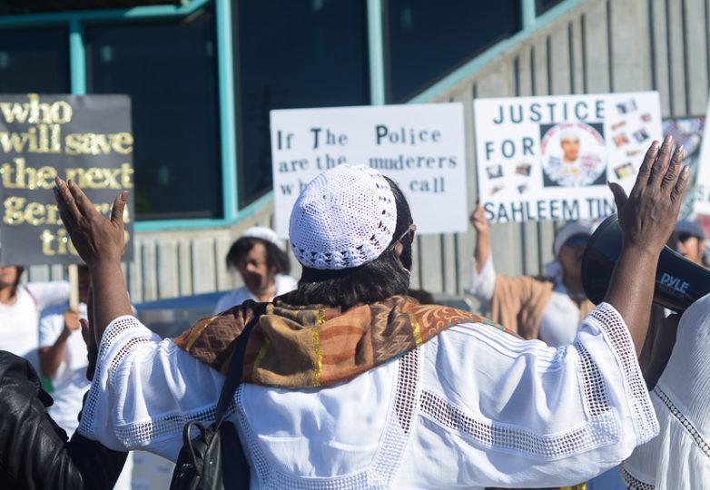 Un familiar de Sahleem Tindle pone sus manos en oración durante una vigilia de protesta frente a la estación West Oakland del BART el 13 de febrero de 2018. Foto Aaron Levy-Wolins