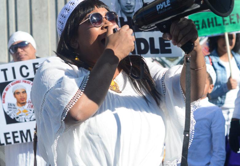 Un miembro de la familia de Sahleem Tindle encabeza los cantos en su honor durante la vigilia que en su honor se llevó a cabo afuera de la estación del BART en West Oakland, California, el martes 13 de febrero de 2018. Foto Aaron Levy-Wolins