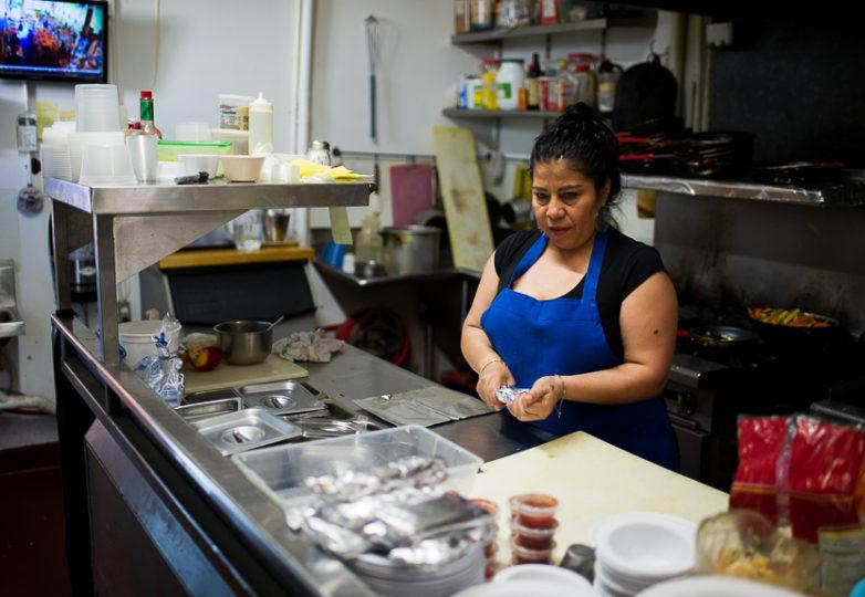 Martha Villicana prepara tortillas en el Restaurante Sunrise de la Calle 24, en el Distrito de la Misión en San Francisco, el 16 de febrero de 2018. Foto: Beth LaBerge