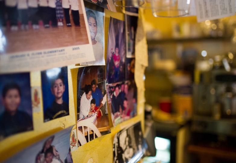 Fotos de familiares enmarcan la pared cercana a la caja registradora del Restaurante Sunrise en el Distrito de la Misión. Foto: Beth LaBerge