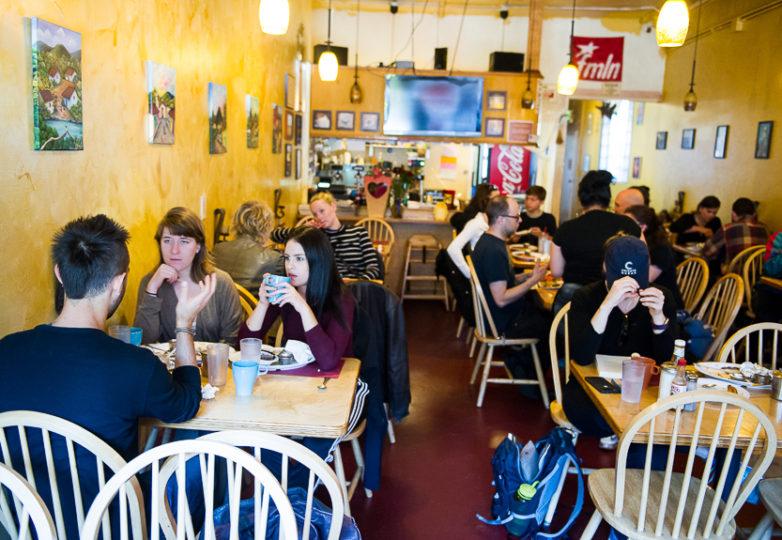 La mañana de un sábado muy ocupado en el Restaurante Sunrise. Foto: Beth LaBerge