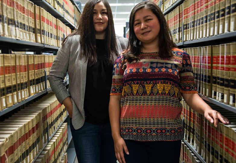 Monica Valencia (a la izquierda) y Gabriela García (a la derecha) en el Centro de Derecho Koret de la Facultad de Derecho de la Universidad de San Francisco, el 5 de febrero de 2018. Ambas son cofundadoras del Fondo Dreamer, una organización sin fines de lucro que ayuda a recaudar fondos para estudiantes indocumentados de la escuela de leyes o aquellos que desean asistir a esa institución. Foto: Desiree Rios