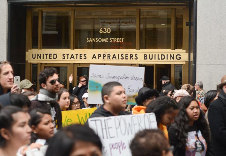 Manifestantes reunidos en San Francisco para protestar en contra de los más de 150 arrestos de inmigrantes indocumentados que ICE ha realizado al norte de California a fines de febrero de 2018. Foto: Aaron Levy-Wolins