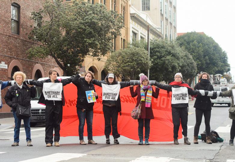 Manifestantes bloquean la intersección de las calles Washington y Jackson, en San Francisco, con los brazos entrelazados entre sí, el 28 de febrero de 2018. Foto: Aaron Levy-Wolins