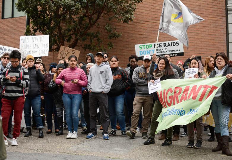 Manifestantes reunidos el 28 de febrero en protesta contra el Servicio de Inmigración y Aduanas (ICE). Foto: Aaron Levy-Wolins