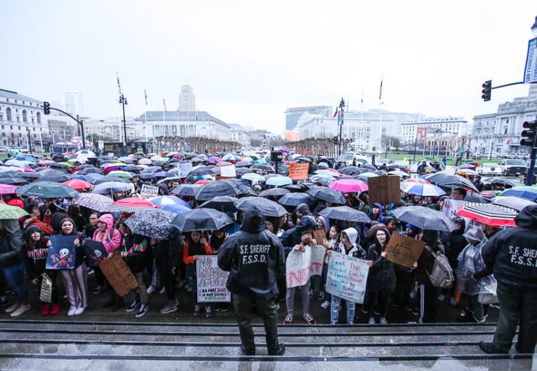 Una multitud de estudiantes se reunieron afuera del Ayuntamiento de San Francisco el 14 de marzo de 2018, como parte de una huelga escolar nacional para protestar contra la violencia armada. Foto: Ekevara Kitpowsong
