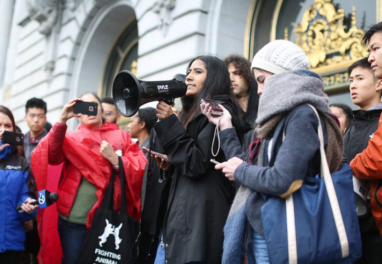 Lupe Cisneros, estudiante  y organizadora, de la Gateway High School, habla en las escalinatas del ayuntamiento el 14 de marzo de 2018, cuando alumnos de diversas escuelas del SFUSD participaron de la huelga nacional para exigir un mayor control de armas. Foto: Gino Abrajano