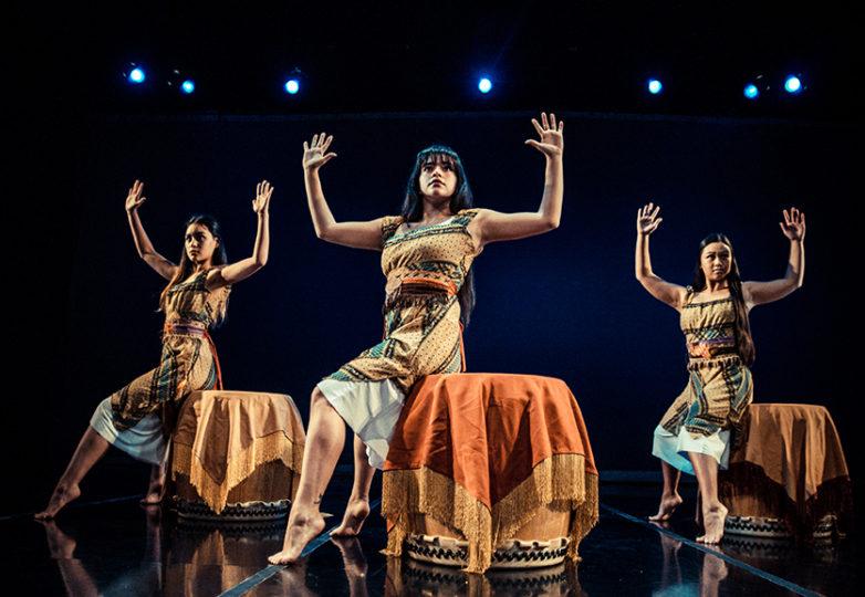 Bailarinas de la Grrrl Brigade ensayan la canción de Robbie Robertson, 'Baile del Coyote', el 21 de marzo en el Dance Mission Theater, para el próximo show Bailando en el borde del Mundo, con el cual se celebrará el décimo quinto aniversario de la brigada. Foto: Robbie Sweeny