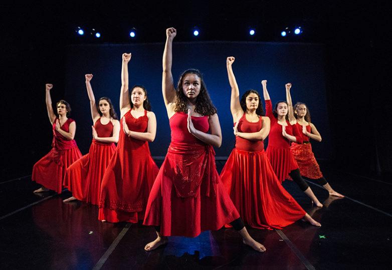 Bailarinas de la Grrrl Brigade ensayan el 21 de marzo una rutina que reconoce a los inmigrantes chinos que llegaron a los EEUU por la Angel Island. Foto: Robbie Sweeny