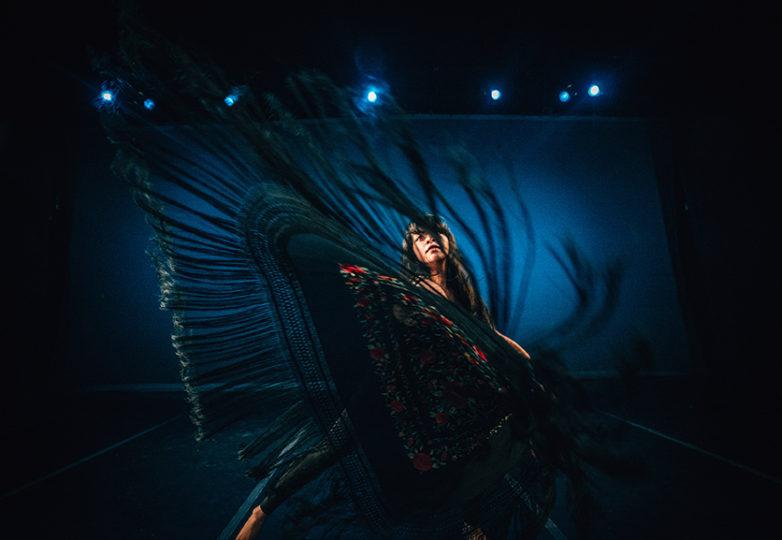 Marivel Mendoza, miembro fundadora de la Grrrl Brigade y actual integrante de la Dance Brigade, ensaya su rutina con la cual reconoce a Latinoamérica. Foto: Robbie Sweeny