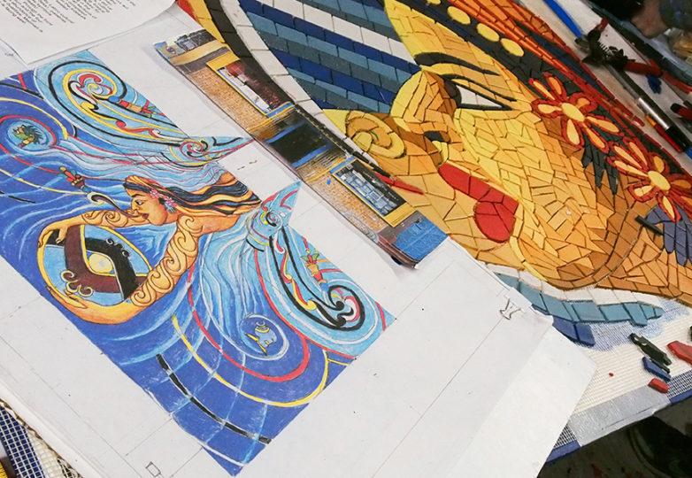 Acercamiento al mural mosaico que Susan Cervantes supervisa en Precita Eyes. Foto: Ella Ramrayka Rogers