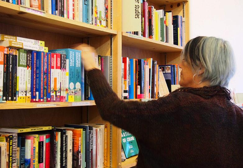 Kate Rosenberger organizando libros en la tienda Dog Eared en el barrio Castro. Foto: DeLara Armijo