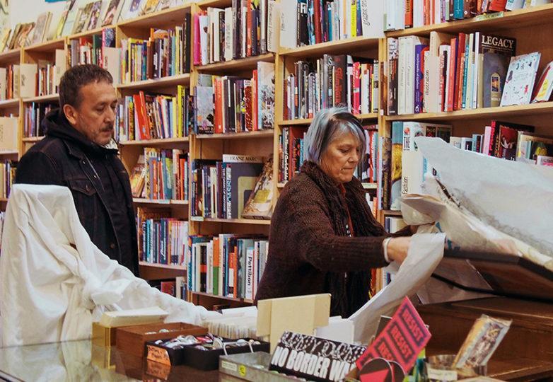 Kate Rosenberger acomodando piezas de arte en su librería Dog Eared en la Castro. Foto: DeLara Armijo