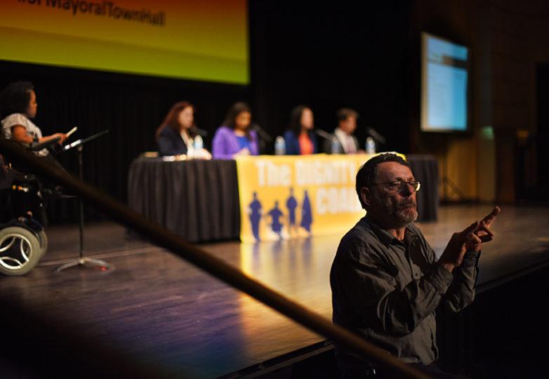 Kevin Mogg de Acceso a la Comunicación del Área de la Bahía, interpreta con lenguaje de señas la sesión de candidatos a la alcaldía en el Herbst Theater el 26 de abril de 2018 en San Francisco. Foto: Alejandro Galicia Diaz