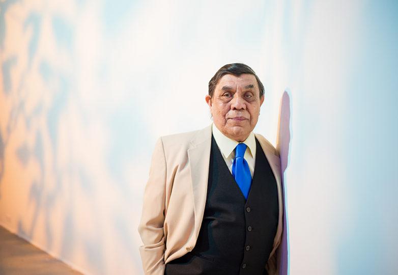 René Yáñez en ¡Demasiado!, a beneficio del SOMArts el 14 de abril de 2018. Foto: Beth LaBerge