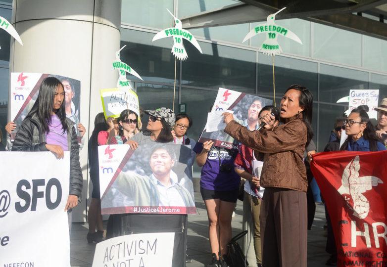 Rhonda Ramiro, vicepresidenta de Bayan USA —una organización filipina de movilización— protesta por la supuesta tortura y deportación de Jerome Aba en el Aeropuerto Internacional de San Francisco el 23 de abril de 2018. Foto: Aaron Levy-Wolins