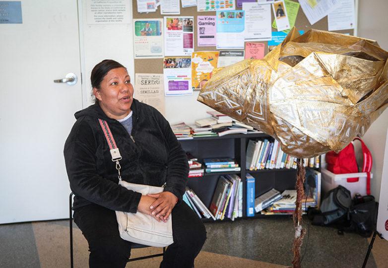 La residente de Oakland, Elvira Montañez, de 48 años, participa en una entrevista en un micrófono comunitario que forma parte del proyecto reportaje participativo llamado El Tímpano, el 7 de abril. Foto: Ekevara Kitpowsong