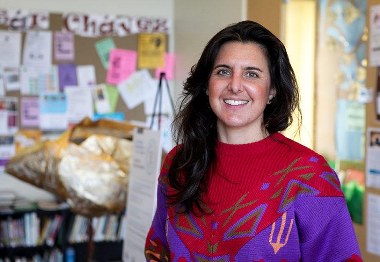 Madeleine Bair, periodista y documentalista de derechos humanos, originaria de Oakland, lleva a cabo su proyecto El Tímpano en diferentes sedes del este de esa ciudad para entrevistar y reunir las historias de los residentes sobre uno de los grandes temas que ellos enfrentan: la alza en el costo de la vivienda. Foto: Ekevara Kitpowsong