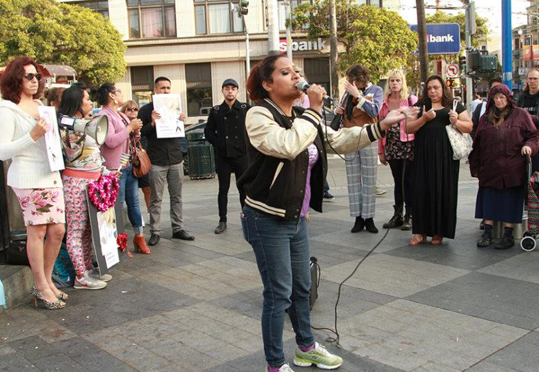 La coordinadora de difusión de El/La Para TransLatinas, Sthefany Galante, habla el 6 de junio de 2018 en el Distrito de la Misión de San Francisco, sobre las tragedias y los crímenes de odio que sufren las mujeres trans de color, y la necesidad de que las personas se unan para generar un cambio. Foto: Estivaly Moreno
