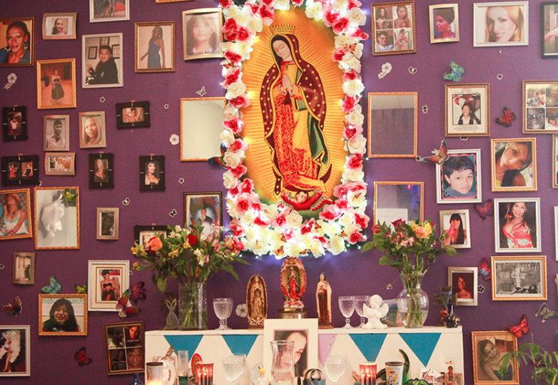 Una vela del altar de El/La TransLatinas colocado en homenaje a las personas LGBTQ que han muerto, en la cual se lee 'La luz de tu fe'. Foto: Estivaly Moreno