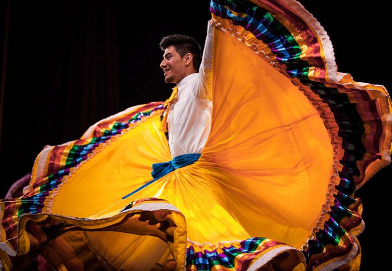 El grupo de baile Ensamble Folklórico Colibrí participa en la apertura del Miss & Mr Safe Latino 2018, un concurso comunitario que promociona el bienestar LGBTQ, en el Marines' Memorial Theatre en San Francisco, el jueves 21 de junio de 2018. Foto: Ekevara Kitpowsong