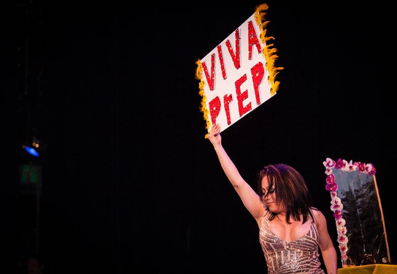 Jessica Gómez se presenta en el escenario del Marines' Memorial Theatre de San Francisco, el 21 de junio de 2018, durante la sección de competencia de talentos de Miss & Mr Safe Latino 2018. Foto: Ekevara Kitpowsong