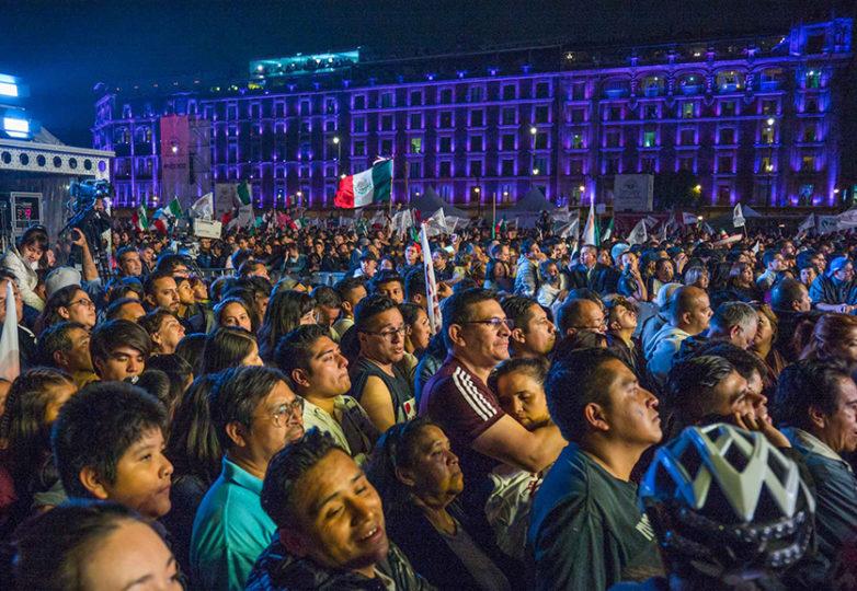 Miles de personas se reúnen en el Zócalo de la Ciudad de México para celebrar la victoria del nuevo presidente electo, Andres Manuel Lopez Obrador, durante la madrugada del 2 de julio, 2018. Foto: Rodrigo Jardón Galeana