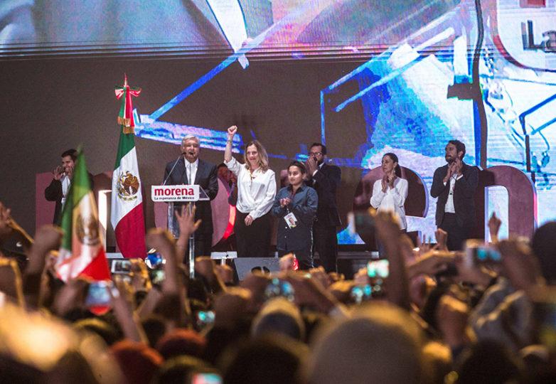 El presidente electo Andres Manuel Lopez Obrador se dirige a la nación al dar su discurso aceptando la victoria presidencial a una multitud de miles reunidos en el Zócalo de la Ciudad de México. Foto: Rodrigo Jardón Galeana