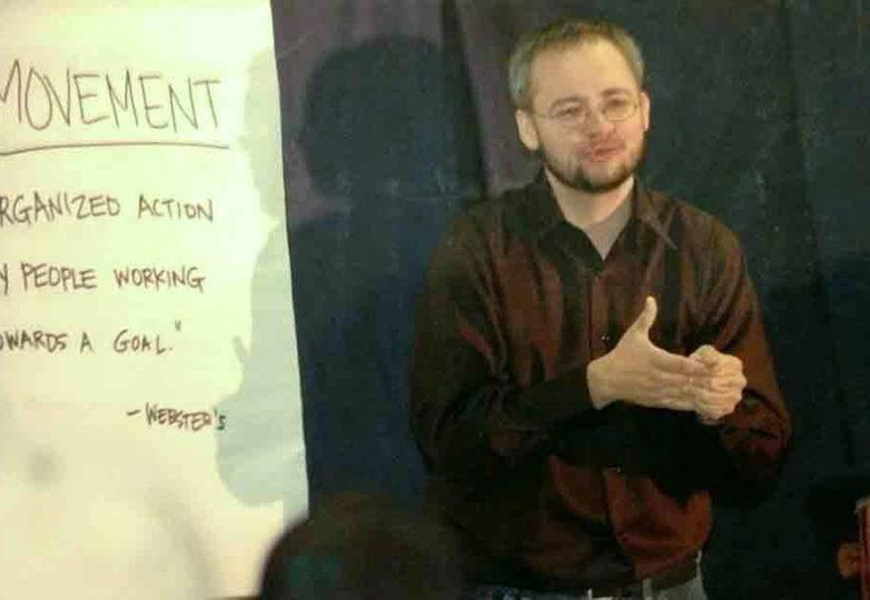 Drago Rentería, señala la palabra 'líder' durante un discurso que ofreció durante una conferencia LGBTQ en Seattle en 2006. Foto: Jennifer Mantle