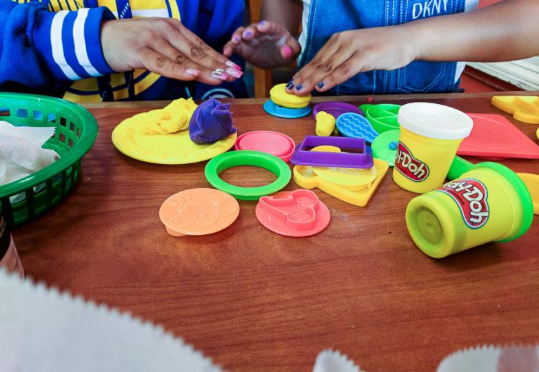 Gaby y su hija juegan con un play-doh en una taquería en la Misión. Foto: Adriana Camarena