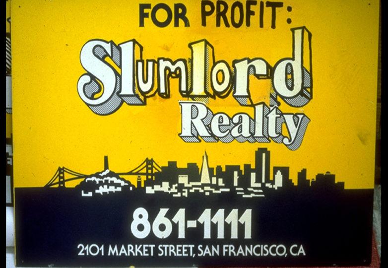 Un anuncio alterado y grafitti en el sitio donde se ubicaban los Apartamentos Gartland, que alude a la sospecha de incendio. Foto: Susan Green